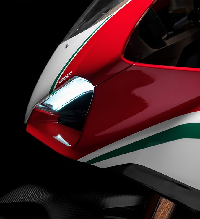 Panigale-V4-Speciale-MY18-03-Carousel-Imgtext-677x740